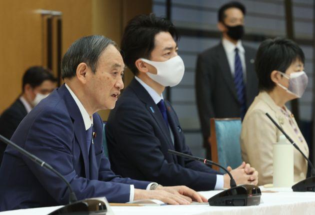 地球温暖化対策推進本部で発言する菅義偉首相(左)。中央は小泉進次郎環境相=4月22日、首相官邸