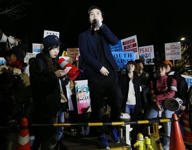 国会前で安全保障関連法施行に反対する集会に参加する学生団体「SEALDs(シールズ)」の奥田愛基さん(中央)=2016年3月28日、東京都千代田区