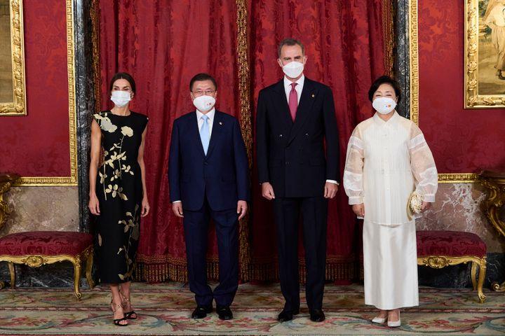 La reina Letizia junto a Moon Jae-in, Felipe VI y Kim Jung-sook antes de la cena de Estado.
