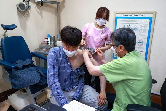 민방위 대원인 이준석 국민의힘 대표가 15일 오전 서울 노원구의 한 병원에서 코로나19 백신(얀센)을 접종하고