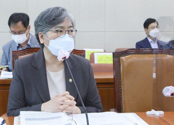 16일 오전 서울 여의도 국회에서 열린 보건복지위원회 전체회의에서 의원들의 질의에 답변하고 있는 정은경