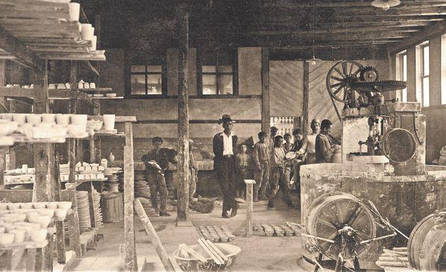 Εσωτερικό του εργαστηρίου Şark Çini. Κιουτάχεια, μέσα δεκαετίας 1920. Ιδιωτική συλλογή
