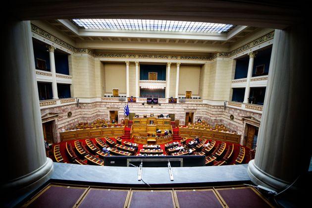 Εργασιακό νομοσχέδιο: Σφοδρή κόντρα στη Βουλή πριν τη