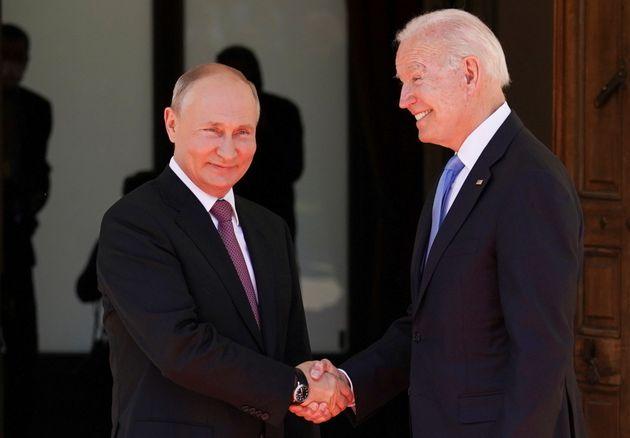 Ο Αμερικανός Πρόεδρος Τζο Μπάιντεν και ο Ρώσος Πρόεδρος Βλαντιμίρ Πούτιν ανταλλάσσουν χειραψία χαμογελώντας πλατιά, λίγο πριν αρχίσει η συνάντησή τους στην Villa La Grange. Γενεύη - Ελβετία, 16 Ιουνίου 2021. REUTERS/Kevin Lamarque