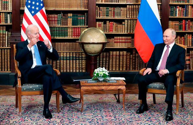Biden y Putin, ya dentro de la reunión, posando para los