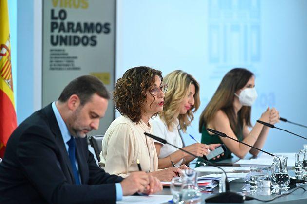 Los ministros de Transportes, José Luis Ábalos; de Hacienda y portavoz del Gobierno, María...