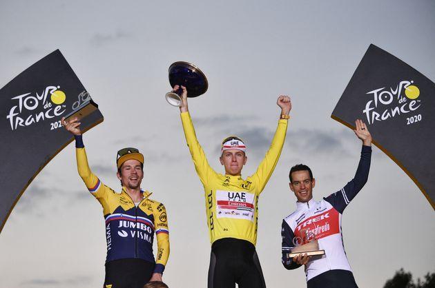Présents sur le podium du Tour de France 2020, Primoz Roglic, Tadej Pogacar et Richie Porte (de gauche...