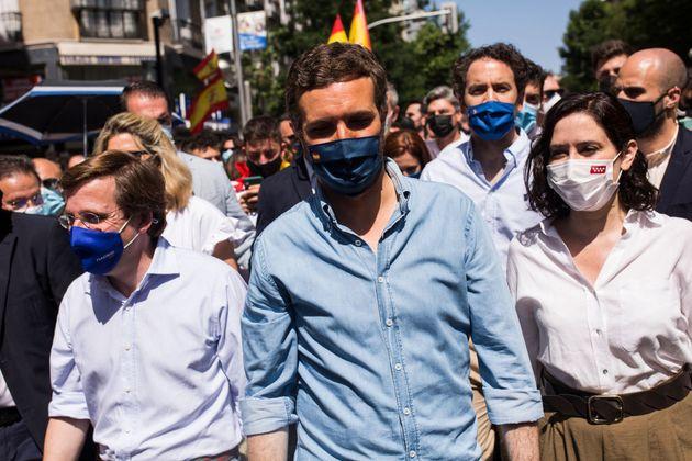 De izquierda a derecha, José Luis Martínez-Almeida, Pablo Casado e Isabel Díaz Ayuso, el pasado domingo...