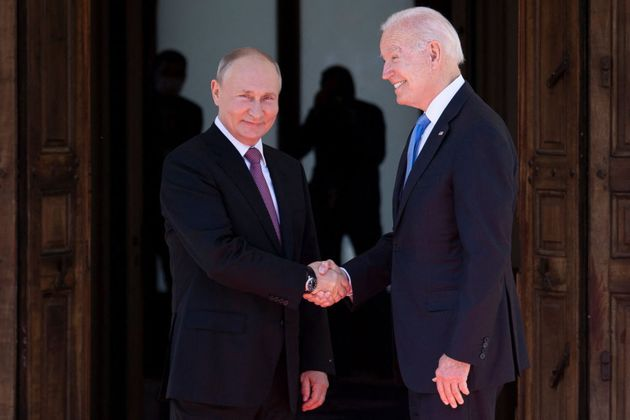 Putin y Biden se saludan antes de su