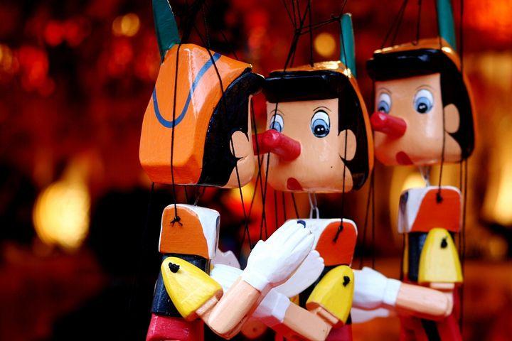 Varias marionetas de Pinocho, el personaje mentiroso de los cuentos.