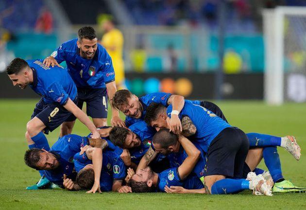 Locatelli celebra uno de los tantos italianos junto a sus
