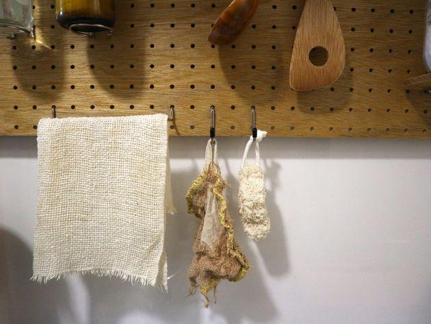 (左)木綿のふきん(真ん中)麻たわし(右)ヘチマたわし。大信田さんはその日の気分によって使い分けているという。