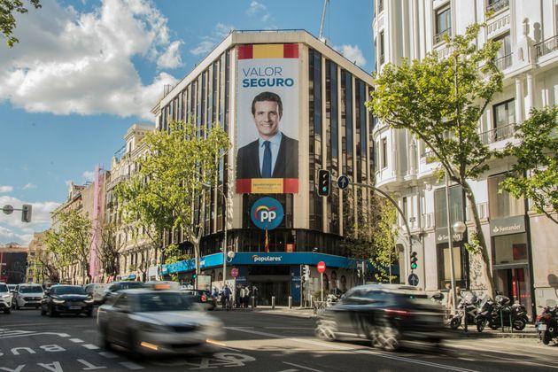 La sede del PP, en la calle Génova de Madrid, con un cartel del actual presidente, Pablo