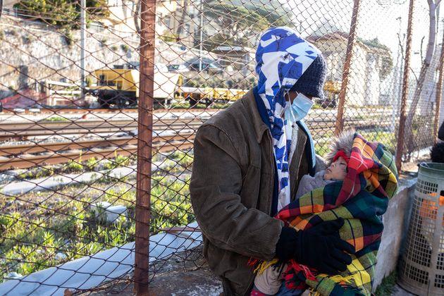 La mattina i migranti si ritrovano alla Caritas per la distribuzione della colazione/pranzo e dei vestiti