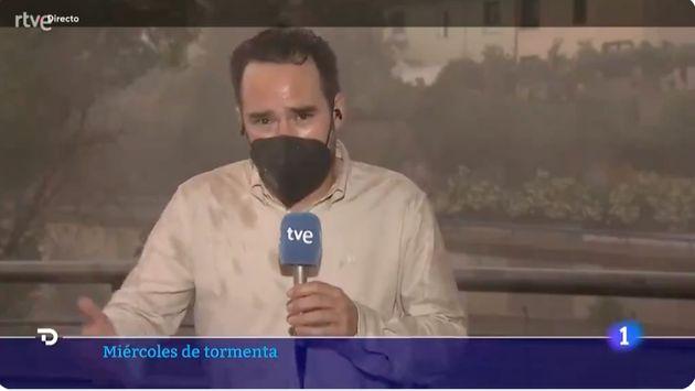 El reportero Adrián Arnau en pleno directo de