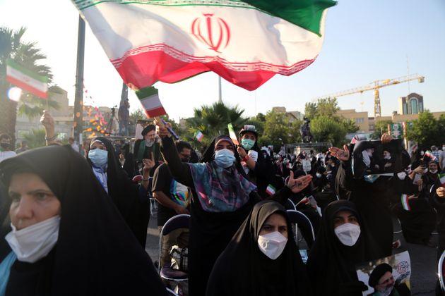 Υποστηρικτές του σκληροπυρηνικού Ραΐζι στους δρόμους της Τεχεράνης.