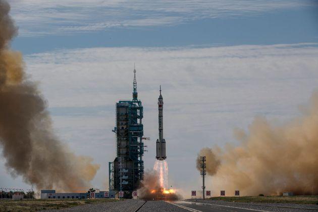 Το Κινεζικό Διαστημόπλοιο κατά την εκτόξευση.