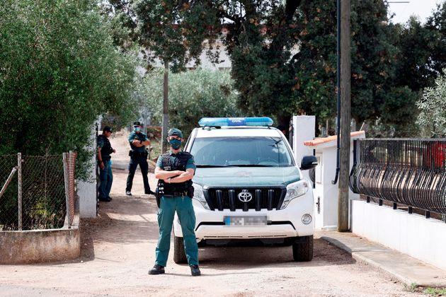 La Guardia Civil durante el registro de la