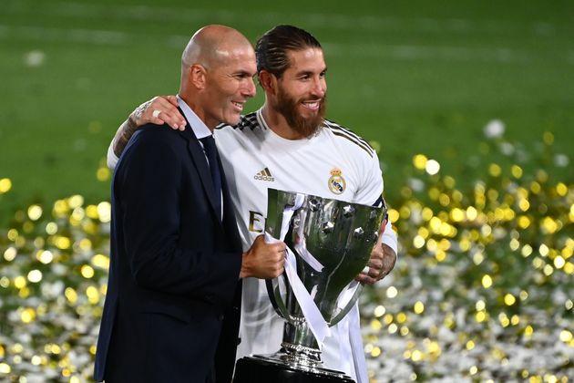 Zidane y Ramos con el título de Liga