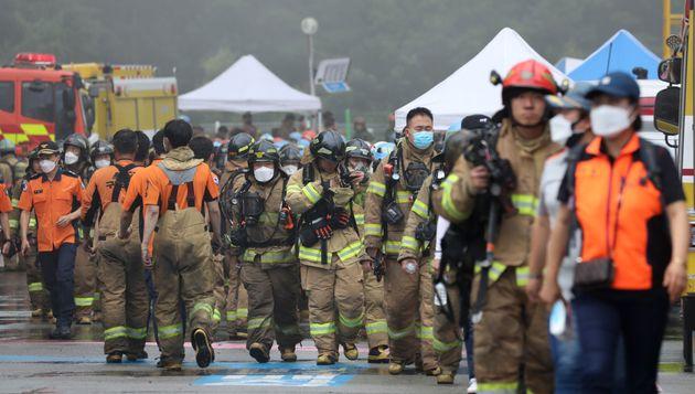 17일 오후 경기도 이천시 마장면에 위치한 쿠팡 덕평 물류센터 화재현장에서 소방관들이 안전지대로 대피하고