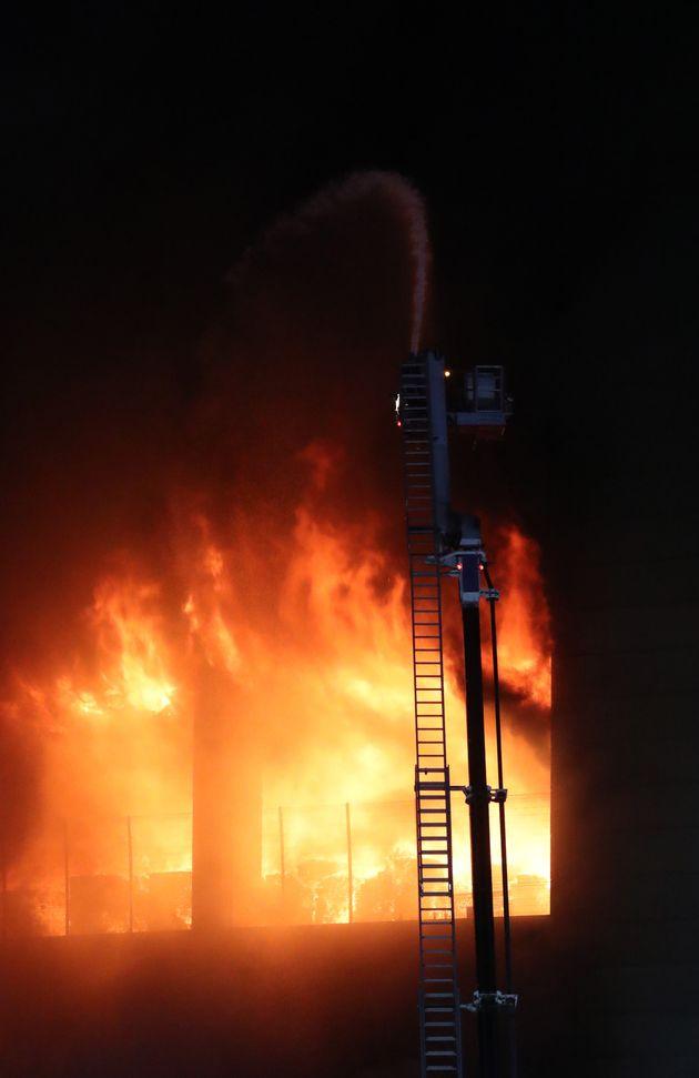 17일 오후 경기도 이천시 마장면에 위치한 쿠팡 덕평 물류센터 화재현장에서 소방당국이 화재 진압을 하고