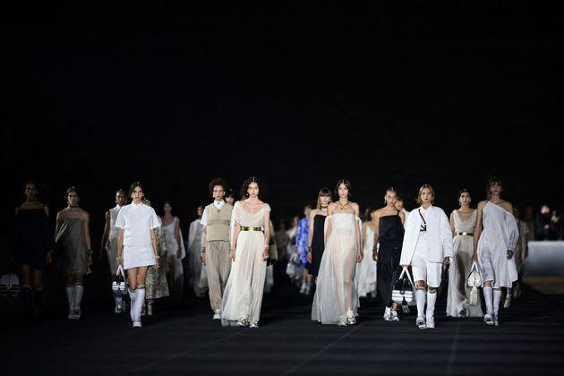 Τα μοντέλα της συλλογής Dior Cruise 2022 στο Παναθηναϊκό Στάδιο της Αθήνας.