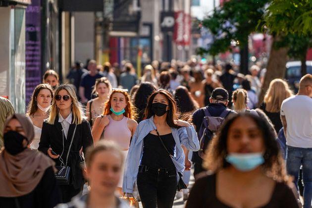 Ciudadanos británicos paseando por Oxford Street, en