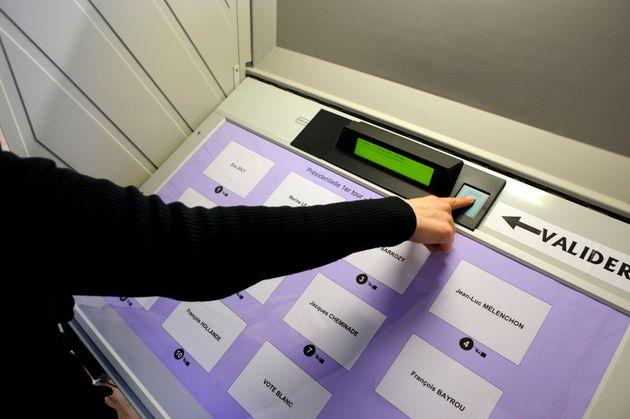 Un électeur clique sur un bouton pour voter avec une urne électronique, le 22 avril 2012, à Mulhouse,...