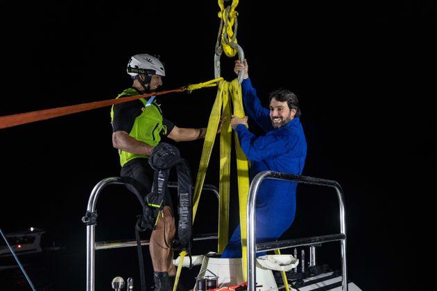Héctor Salvador saliendo del submarino tras la