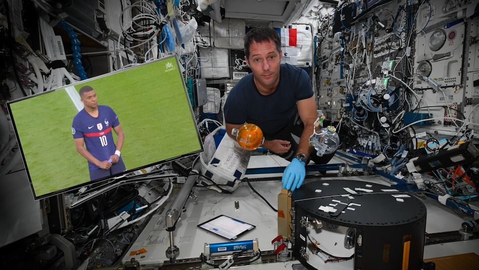 Les matchs sont diffusés dans l'ISS pour permettre aux spationautes de garder le moral pendant...