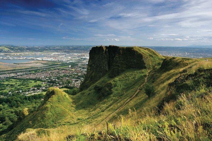 La colina de Cave Hill dominando la ciudad de Belfast en Irlanda del Norte.