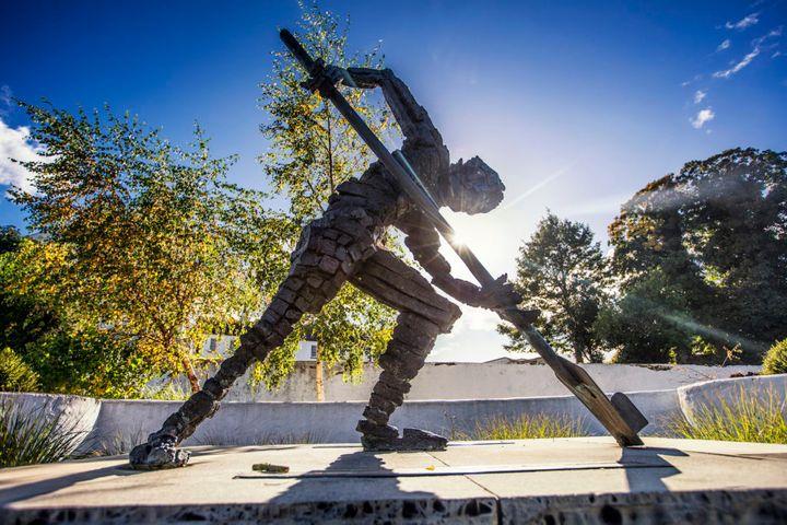 Estatua de bronce que conmemora a un personaje de Seamus Heaney.