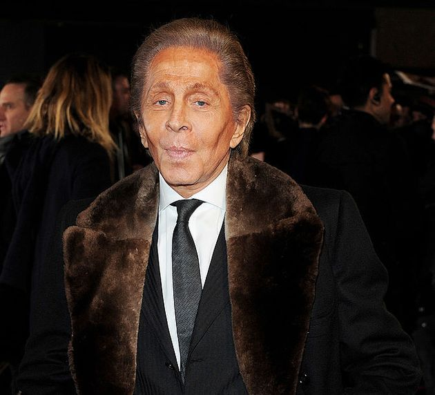 El diseñador Valentino con uno de sus emblemáticos