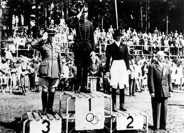 Lis Hartel (d.), en el podio de Helsinki 1952, pese a su