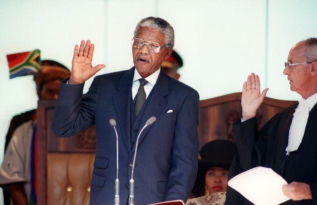 Nelson Mandela toma posesión de su cargo como presidente de Sudáfrica en 1994. Las presiones...