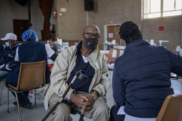 Une personne recevant une dose du vaccin anti-Covid Pfizer à l'hôpital Bertha Gxowa de Germiston,...