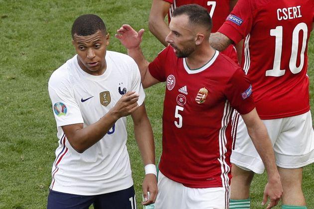 L'attaquant de l'Équipe de France, Kylian Mbappé, salue les Hongrois à la fin de...