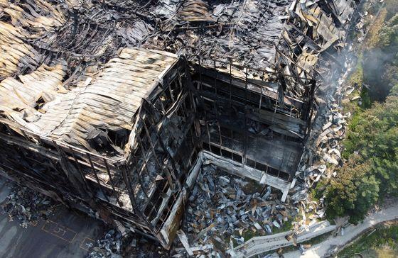 쿠팡 덕평물류센터 모습. 건물 골조 사이 사이에 내부가 녹아내린 샌드위치 패널이 빨래처럼 널려 있고 바닥 곳곳에는 떨어져 내린 외장재가 수북이 쌓여 있어 처참했던 화재 당시 상황을...
