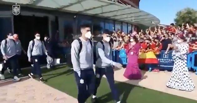 Los jugadores de la selección española de fútbol salen de su hotel antes del