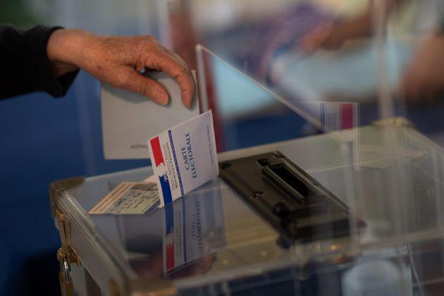 Image d'illustration - Un électeur à Angers (Maine-et-Loire), au premier tour des élections régionales...