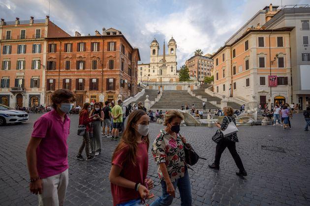 Covid in Italia: 17 morti, contagi sotto quota mille, tasso positività a