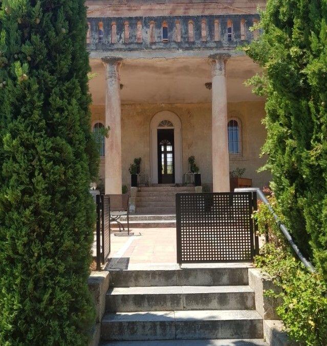 Εξωτερική άποψη της εισόδου του κήπου της βίλας Σικελιανού - Πάλμερ