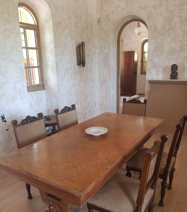 ΄Η κεντρική τραπεζαρία. Διακρίνονται τα παράθυρα σε βυζαντινής αρχιτεκτονικής μοτίβο.