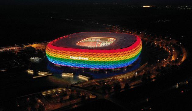 El Allianz Arena, iluminado con la bandera
