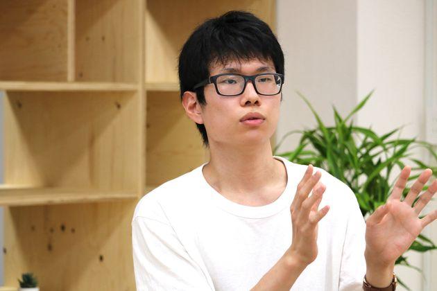 インタビューに応じる現在大学3年生の髙橋大輝さん