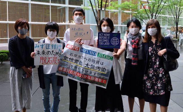 みずほFGの株主総会に出席した髙橋さん(左から3番目)=2020年6月