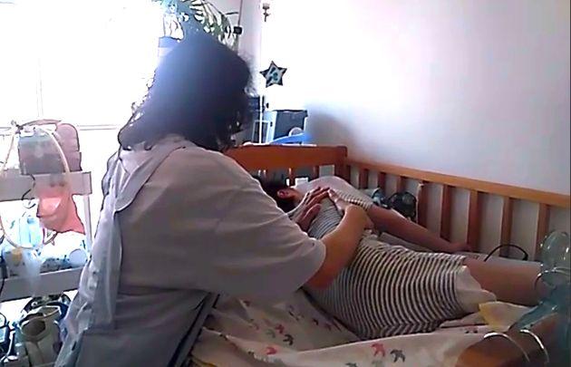 7歳の長男の世話をする都内在住の女性