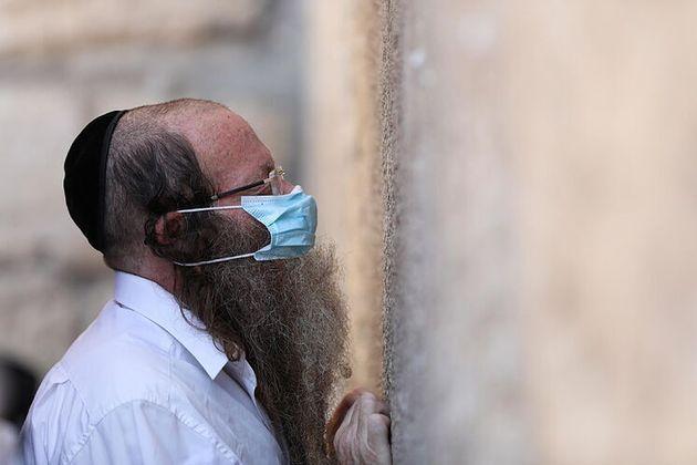 Un judío ortodoxo con mascarilla, en la Ciudad Vieja de