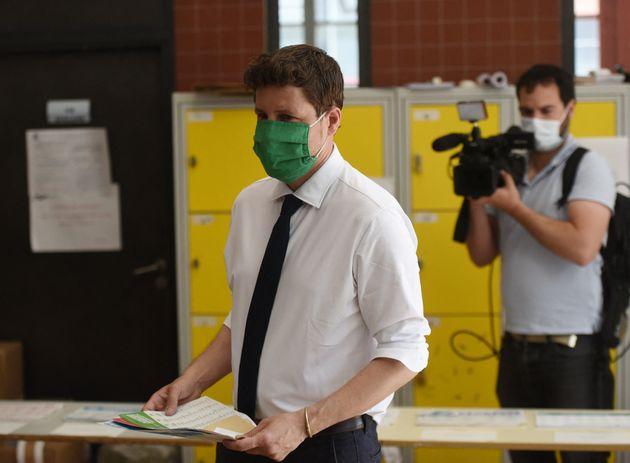 Julien Bayou en train de voter dans son bureau de vote à Paris ce dimanche 20
