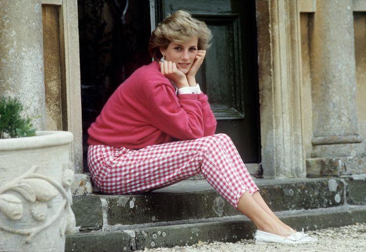 La princesa Diana sentada en la puerta de su casa en Highgrove (Gloucestershire, Inglaterra) en 1986.